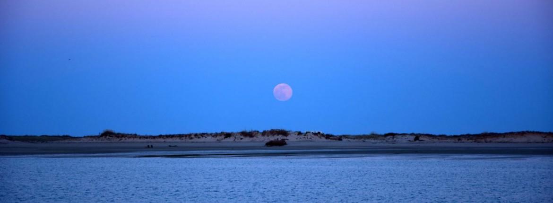 Der Mond geht auf.