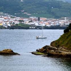 TinLizzy vor Anker vor der Ilheu da Vila Franca.