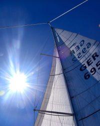 """Wir segeln als """"Schmetterling"""" in die Sonne. An Steuerbord steht das Großsegel, Backbord die Genua."""