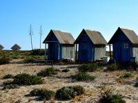 """Die einzigen """"Wohngebäude"""" der Insel."""