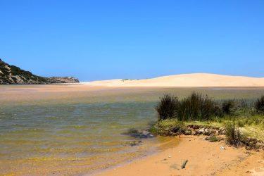 Hinter der Düne ist das Meer.
