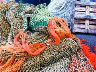 Netze im Hafen von Texel.