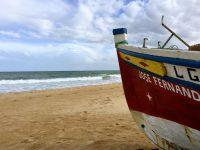 Fischerboot am Strand von Lagos.