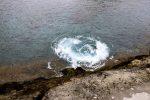 Wasserpilze. Durch die Felsspalten strömt Brandung in die Insel.