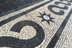 Straßenkunst der anderen Art. Überall in Ponta Delgada gibt es kunstvoll gepflasterte Bürgersteige.