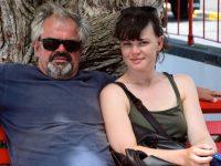 Velas. Vater und Tochter ruhen sich im Schatten aus.