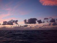 """Atlantik in Pastellfarben. Abendhimmel irgendwo zwischen den """"Wilden Inseln"""" und den Kanaren."""