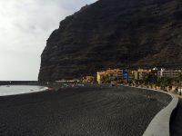 Nur 5 Minuten entfernt vom Yachthafen: Der Strand von Tazacorte. Bis auf die Farbe ist alles perfekt ;-):