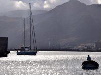 Die SY Milagro bei der Einfahrt in den Hafen von Quinta do Lorde, Madeira. Der Marinero im Schlauchboot leitet sie zur Anlegestelle ....