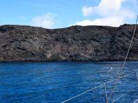 """Ankern vor der """"Wilden Insel"""" (Ilha Selvagem). Wir haben eine Trip-Leine mit Ankerball gesetzt, damit wir unseren Anker aus der Felsspalte wieder herausbekommen....."""
