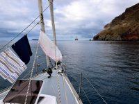 Der Badetag ist beendet. TinLizzy in der Bucht von Antequera vor Anker.