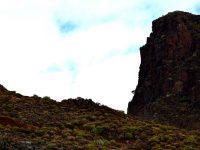 Steile Felswände im Barranco zum Playa de Antequera.