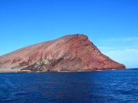 In unserer Ankerbucht schützt uns der Montana Roja - ein Vulkanberg - vor Wind und Wellen.
