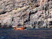 Ausflugsschiffe vor der Bucht von Masca, Tenerife.