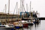 TinLizzy (ganz hinten am Steg) im Hafen von La Estaca, El Hierro.