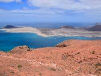 """Ausblick von """"ganz oben, ganz im Norden"""". Man sieht die Insel La Graciosa und unser nächstes Ziel, den Hafen von Caleta del Sebo."""