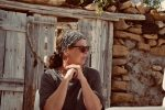 In Caleta del Sebo gibt´s viele alte Steine. Der Frau gefällt das gut.