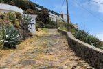 Ein steiler, felsiger Pfad führt vom Hafen zum Städtchen.