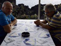 Jochen und Dirk im Restaurant in der Faja das Almas.
