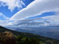 Wildes Wolkenspektakel. Im Hintergrund sieht man die Insel Pico.
