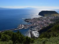 Der Hafen von Velas. Hinten die Inseln PIco und Faial