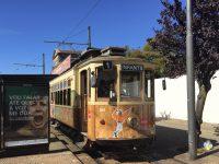 Mit der Straßenbahn machen der Mann und die Frau einen Ausflug nach Porto-City.