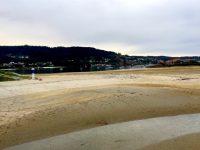 Die Bucht von Aldan fällt teilweise trocken. Ganz hinten ankert TinLizzy - noch im Wasser....