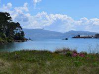 DIe Bucht von Portonovo. Im Yachthafen hinter der Mole liegt TinLizzy.