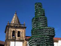 Gijon. Alter und neuer Turm ;-). Im neuen Turm sind Apfelwein-Flaschen verbaut. La Sidra ist das Regionalgetränke der Asturier. Sie trinken es immer und überall.