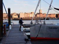 Zurück an Bord. TinLizzy im abendlichen Yachthafen, Gijon.