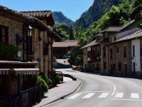 Wir fahren durch die Dörfer der Picos, hier: entlang des Rio Deva..