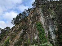 Cudilleiro. Wir liegen vor einer gigantischen Felswand.