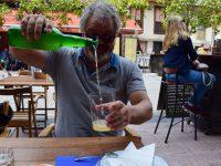 Eine Spezialität: Asturischer Apfelwein. Wir trinken mutig davon - ist aber nicht unser Fall....