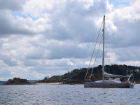 TinLizzy vor Anker in der Bucht von Carantec.