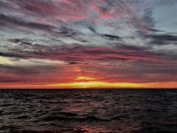 Spektakulärer Sonnenuntergang auf dem Weg nach Frankreich.