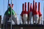Im Wartestand: Fahrwassertonnen in Cuxhaven.