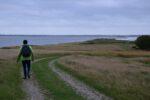 Æbelø. Die Insel ist durch eine schmale Landzunge mit dem Festland verbunden, die aber nur bei Niedrigwasser wirklich begehbar ist.